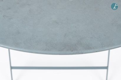 En provenance du siège d'un groupe industriel international Table de jardin en métal...