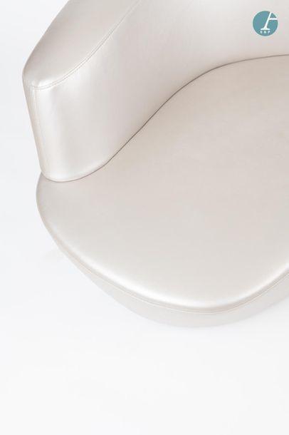 En provenance du siège d'un groupe industriel international Lot de deux fauteuils...