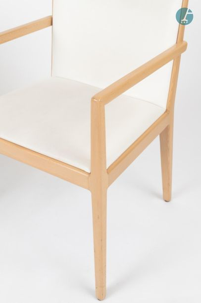 En provenance du siège d'un groupe industriel international Lot de quatre fauteuils...