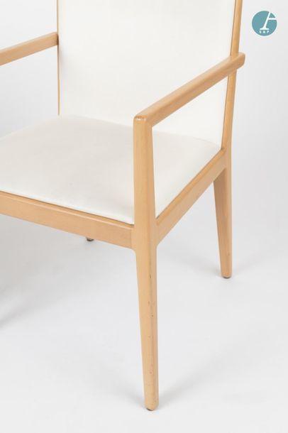 En provenance du siège d'un groupe industriel international Lot de trois fauteuils...