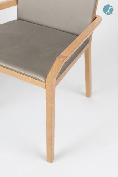 En provenance du siège d'un groupe industriel international Lot de cinq chaises en...