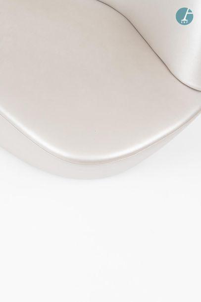 En provenance du siège d'un groupe industriel international Set of 2 Polar armchairs...