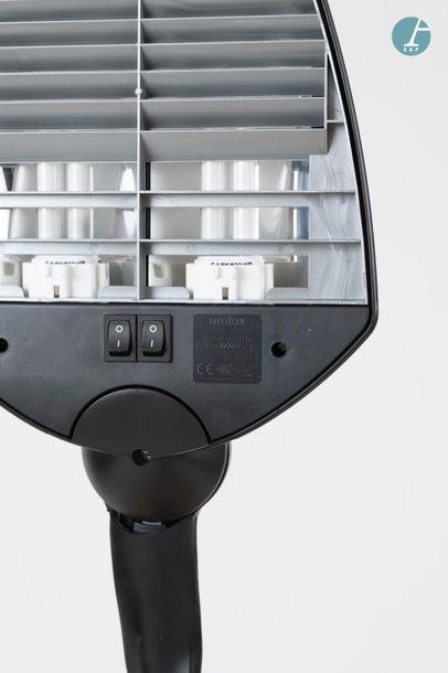 En provenance du siège d'un groupe industriel international UNILUX Lampe d'architecte,...
