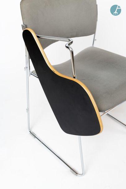 En provenance du siège d'un groupe industriel international HOWE, Lot de 2 chaises...