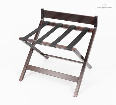 En provenance de l'Hôtel Saint James Albany Un pliant porte-valise en bois naturel...