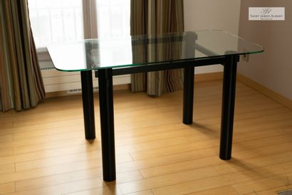 En provenance de l'Hôtel Saint James Albany Paire de tables pied métal noir et plateau...
