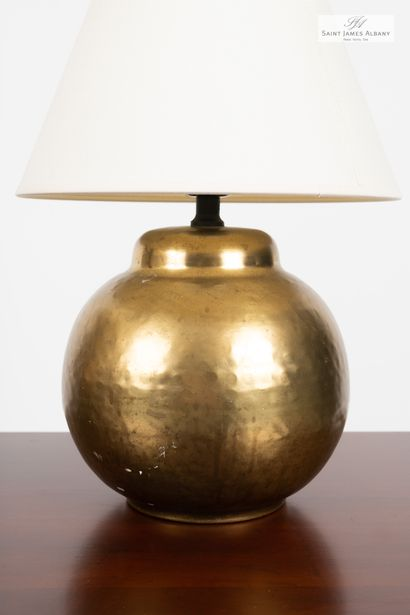 En provenance de l'Hôtel Saint James Albany Deux lampes pied boule en métal doré....