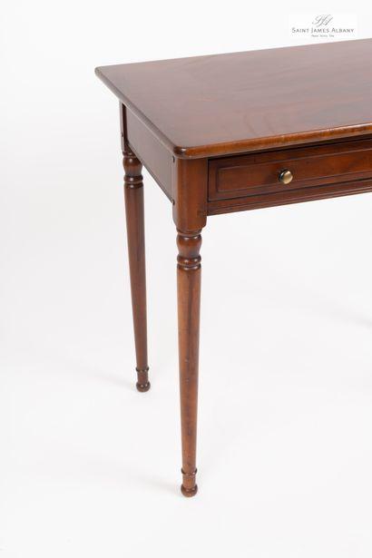 En provenance de l'Hôtel Saint James Albany Table en bois naturel, ouvrant à un tiroir...