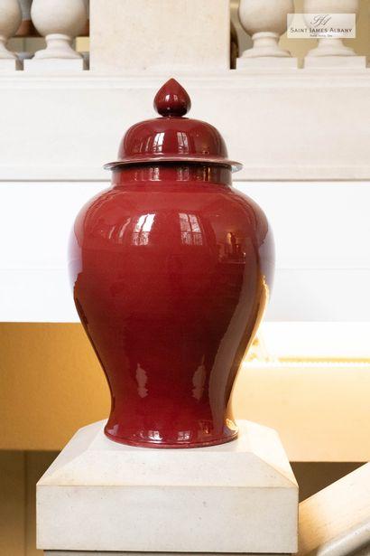 En provenance de l'Hôtel Saint James Albany Potiche couverte en céramique rouge....