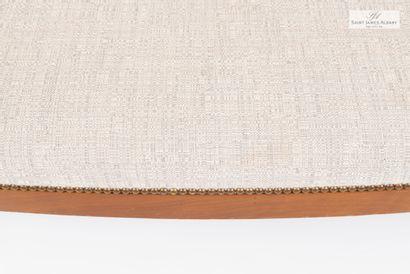 En provenance de l'Hôtel Saint James Albany Un canapé en bois naturel, recouvert...