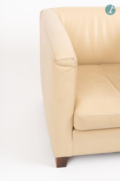 En provenance de l'Hôtel Saint James Albany Un fauteuil club en cuir de couleur beige....