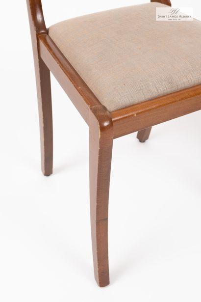 En provenance de l'Hôtel Saint James Albany Un fauteuil et une chaise en bois naturel....