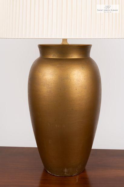 En provenance de l'Hôtel Saint James Albany Trois lampes piètement en céramique dorée,...