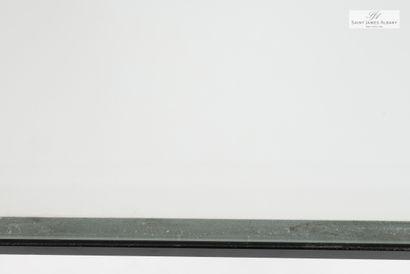 En provenance de l'Hôtel Saint James Albany deux petites tables de chevet. H : 38cm....