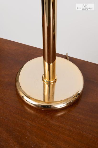 En provenance de l'Hôtel Saint James Albany Huit lampes à piètement en métal doré....