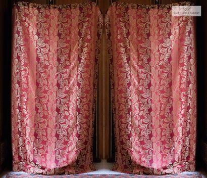 En provenance de l'Hôtel Saint James Albany Paire de rideaux motif feuilles or sur...