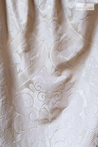 En provenance de l'Hôtel Saint James Albany Paire de rideaux motif brocart ivoire....