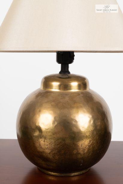 En provenance de l'Hôtel Saint James Albany Paire de lampes pied boule en métal doré....