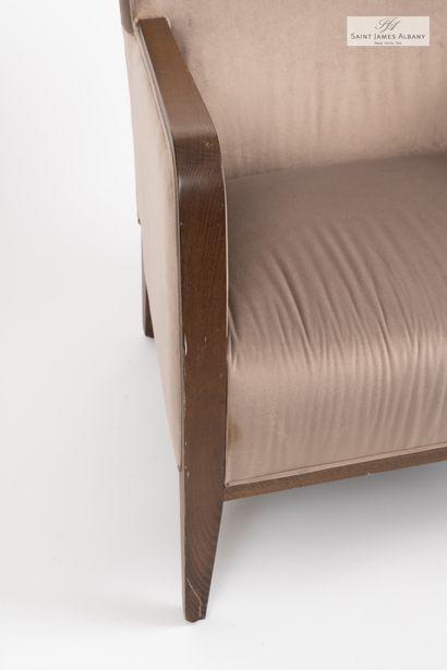 En provenance de l'Hôtel Saint James Albany MONTBEL, un fauteuil confortable en bois...