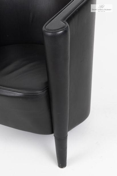 En provenance de l'Hôtel Saint James Albany Un fauteuil en cuir noir. H : 69 cm-...