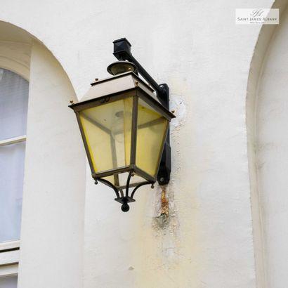 8 appliques lanternes, en métal et verre....