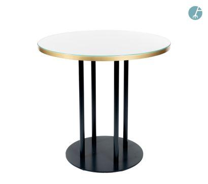 En provenance de l'ancien Hôtel W Paris-Opéra Lot de deux tables rondes en bois reconstitué...