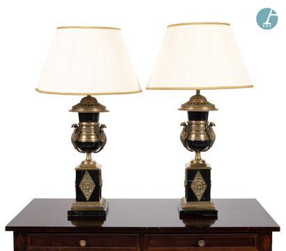 Paire de lampes en marbre noir et bronze...