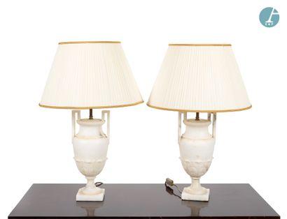 Paire de lampes en albâtre en forme de vases,...
