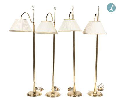 Lot de quatre lampadaires en métal doré,...