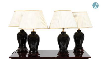 Lot de quatre lampes en céramique noire,...
