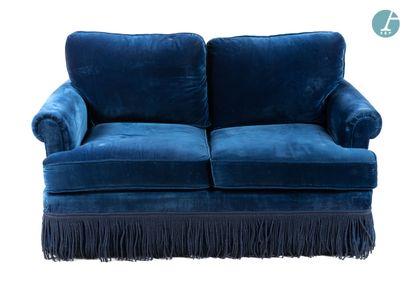 Un canapé convertible en velours bleu, à...