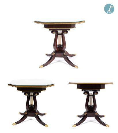 Lot de trois table carrées à pans coupés,...
