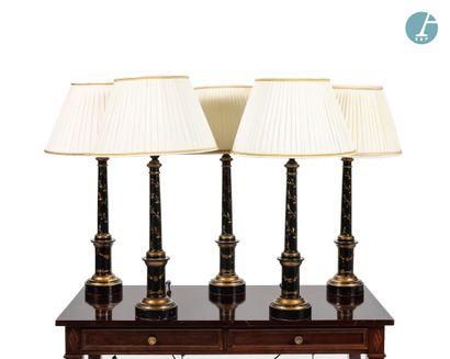 Lot de cinq lampes en bois laqué noir et...