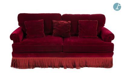 Un canapé trois places en velours rouge,...