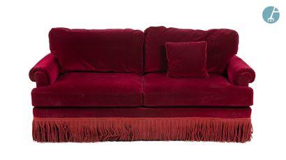 Un canapé deux places en velours rouge, à...