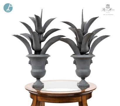 Paire d'ananas décoratifs dans un vase médicis,...