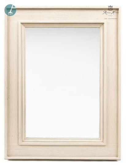 Un grand miroir en bois laqué gris mouluré....