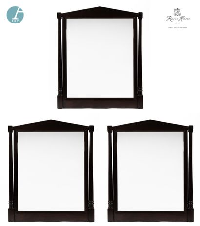 Lot de trois miroirs en bois noirci, les...