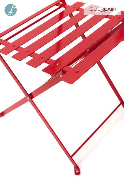 FERMOB, 3 chaises pliantes en métal laqué rouge et une table en métal laqué rouge....