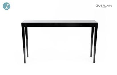 Une console en bois laqué noir, dessus de...