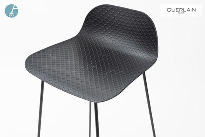 Chaise de bar, piètement métallique, assise plastique noir.  Marque : HABITAT  ...