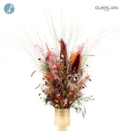 Un vase en verre doré, avec un bouquet de...