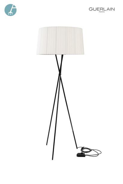 Un lampadaire, piètement tripode en métal...