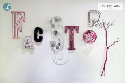 FACSTORY, Huit lettres en métal et matériaux...