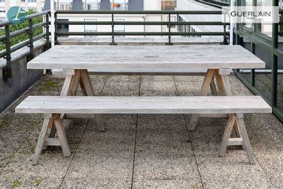 Une table de pique-nique en bois naturel,...