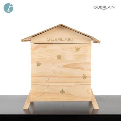 Une petite ruche en bois naturel, Abeille...