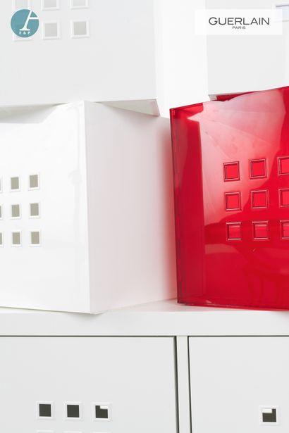 Casier à 4 modules montés sur roulettes. On y joint cinq cubes du même modèle.  Marque...