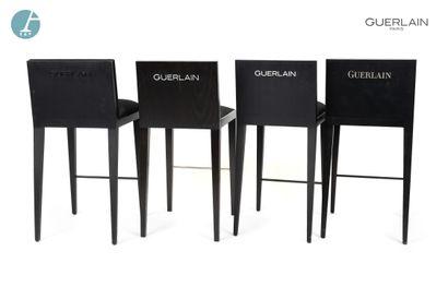 Lot de quatre chaises de bar, piètement en bois laqué noir, revêtement en tissu...