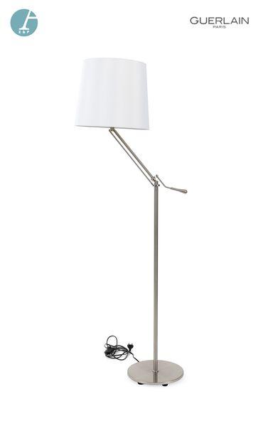 Un lampadaire piètement métallique abat-jour...