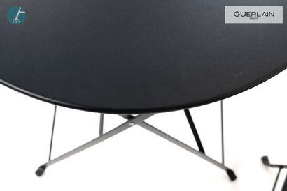 Deux chaises pliantes en métal laqué noir et une table en métal laqué noir.  Chaises...